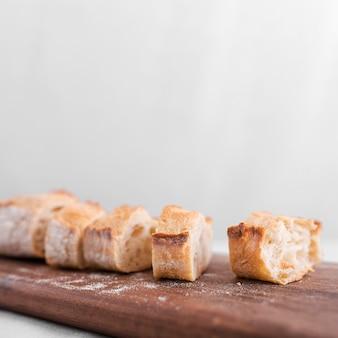 Rebanadas de pan sobre tabla de madera