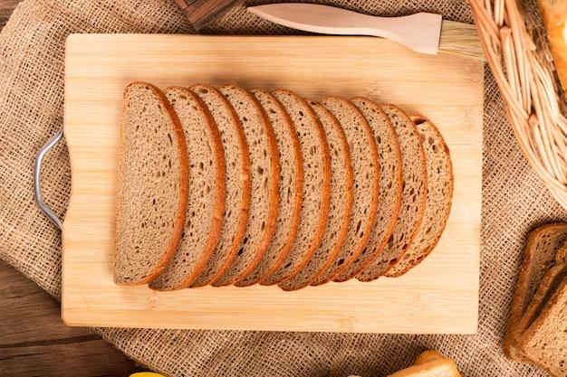 Rebanadas de pan en tablero de cocina