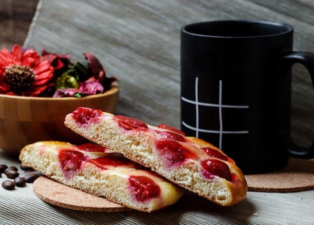 Rebanadas de pastel de cereza y taza
