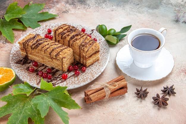 Rebanadas de pastel con frutos rojos sobre gris