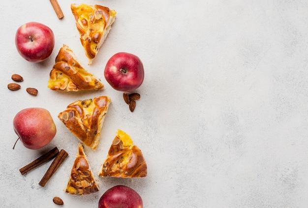 Rebanadas de pastel de manzana fresca con canela y copia espacio