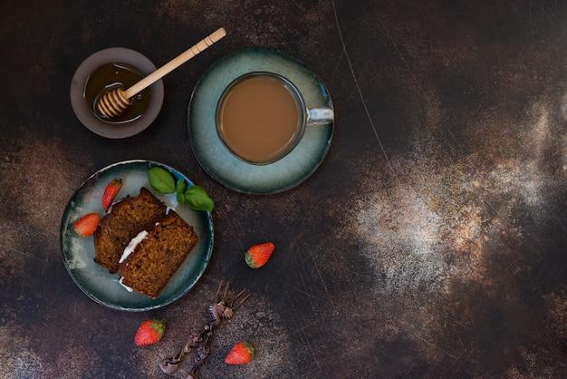 Rebanadas de pastel de miel casero con café