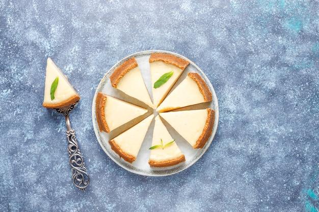 Rebanadas de pastel de queso casero de nueva york, vista superior