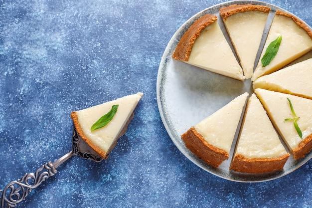 Rebanadas de pastel de queso casero de nueva york