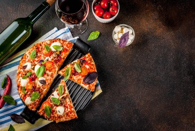 Rebanadas de pizza casera y vino tinto