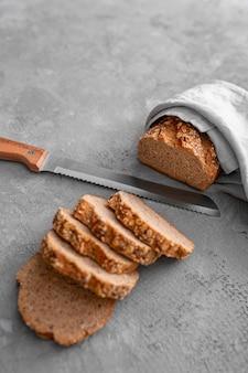 Rebanadas planas de pan con cuchillo