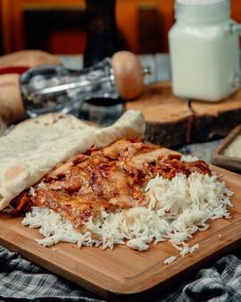 Rebanadas de pollo asado en tortilla con arroz
