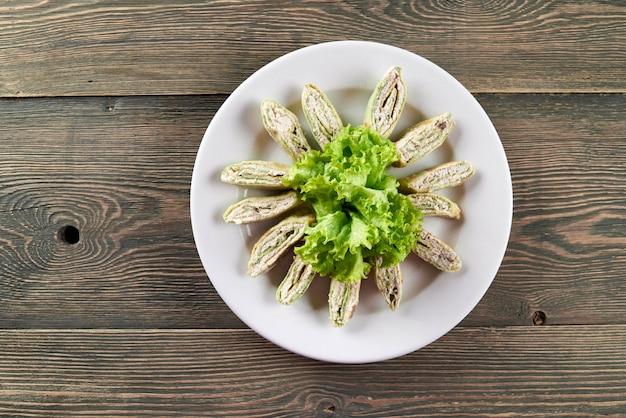 Rebanadas de sabroso pan de pita armenio relleno de requesón y verduras. se ve delicioso. buen snack para bebidas alcohólicas ligeras.