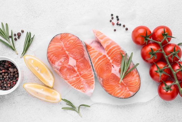 Rebanadas de salmón rojo crudo y tomates