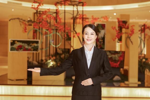 Recepción asiática dando la bienvenida a los clientes