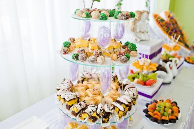 Recepción de boda con frutas y pasteles.