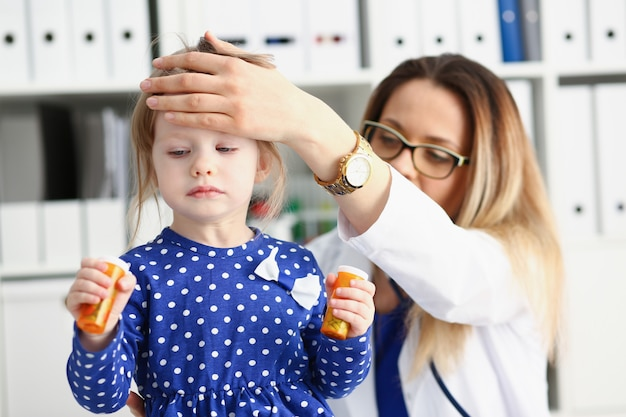 En la recepción del doctor niño pequeño