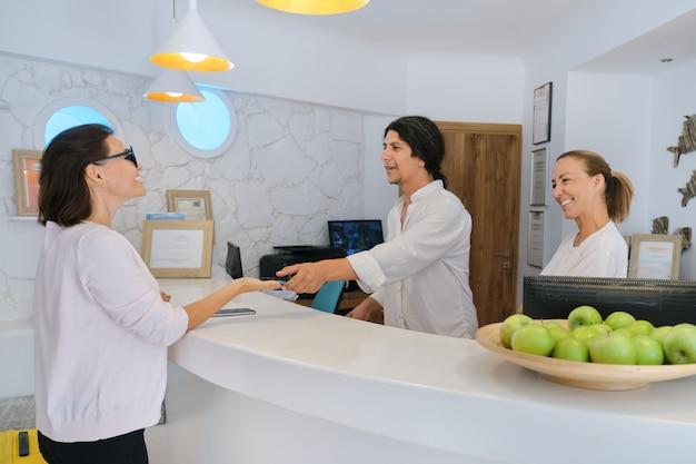 Recepción del hotel resort y registro de huéspedes