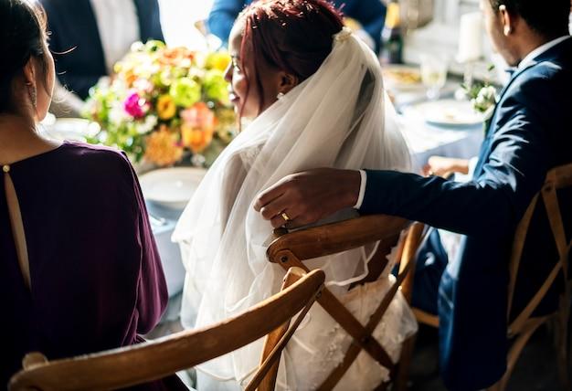 Recepción nupcial de la mano del novio en la silla de la novia