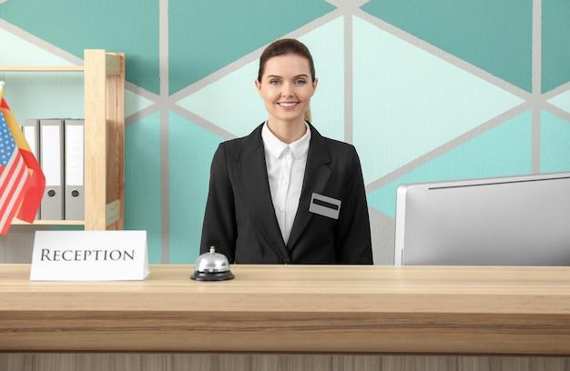 Recepcionista femenina que trabaja en el hotel