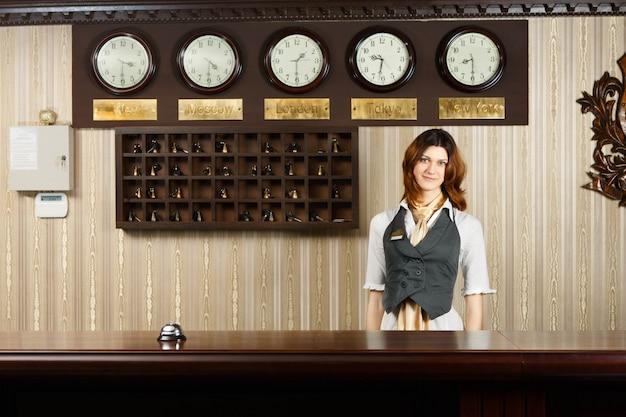 Recepcionista en mostrador de hotel moderno