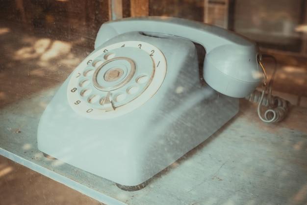 Receptor telefónico de línea vintage, tecnología retro.