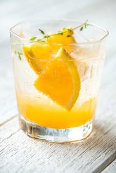 Receta de agua infundida con naranja y tomillo.