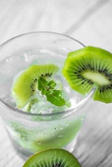 Receta de agua con infusión de menta kiwi.