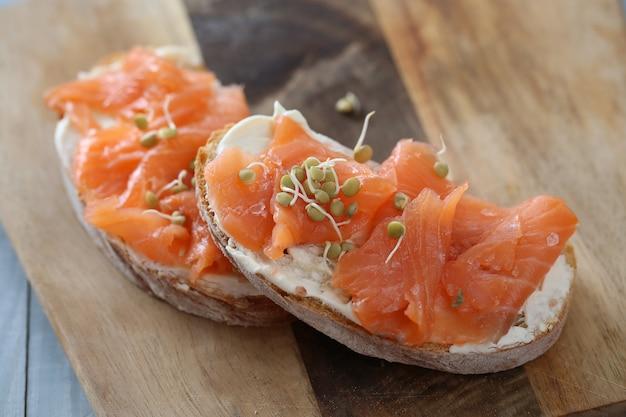 Receta de canapés de salmón ahumado con queso crema