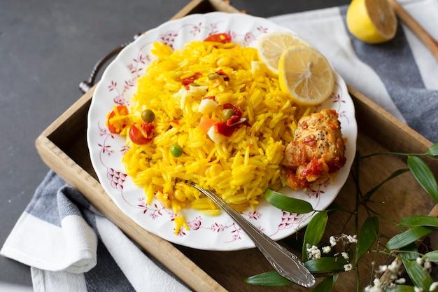Receta india con arroz, maíz y tomates.