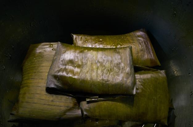 Receta mexicana de tamal con hojas de plátano.
