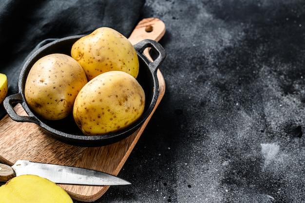 Receta para papas fritas, papas amarillas orgánicas en una sartén