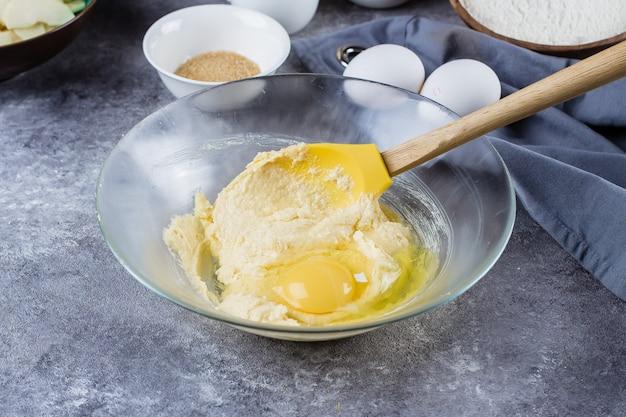 Receta paso a paso. tartas caseras con manzanas y hojuelas de almendra. proceso de preparación de la masa.