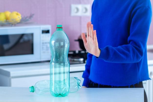 Rechazo de botellas de plástico y reciclaje de plásticos. protección del medio ambiente. dejar de plástico