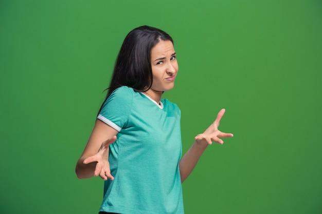 Rechazo, rechazo, concepto de duda. mujer dudosa con expresión pensativa haciendo elección.