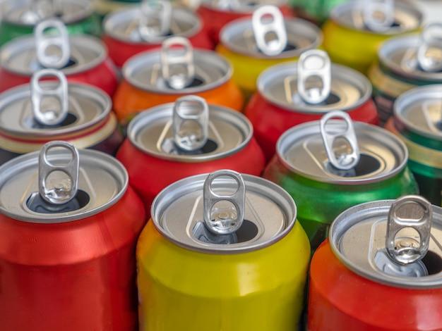 Reciclaje de latas vacías de aluminio o metal vista superior. grupo de latas para reutilización y reciclaje.
