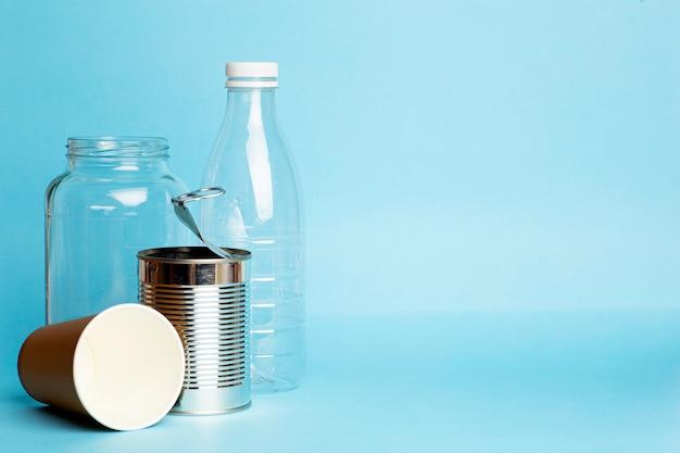 Reciclaje de plástico, metal, plástico y papel. contaminación ambiental y reciclaje de residuos. recolección de basura separada