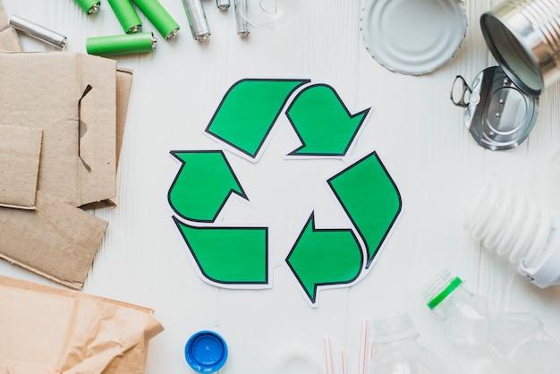 Reciclar artículos sobre fondo de madera blanco