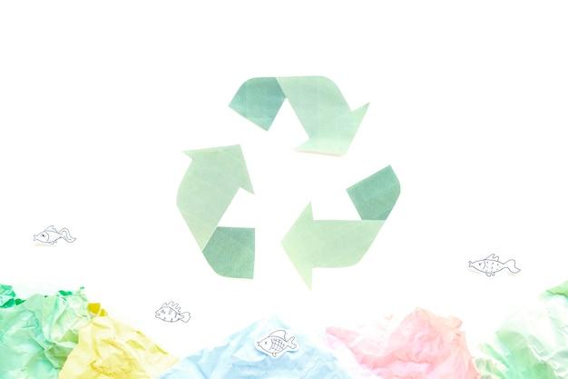 Reciclar símbolo con papeles