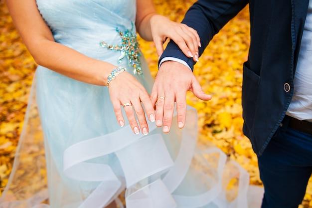 Recién casadas manos de pareja con anillos de boda