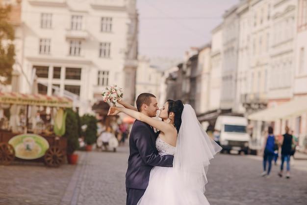 Recién casados abrazándose con fondo borroso