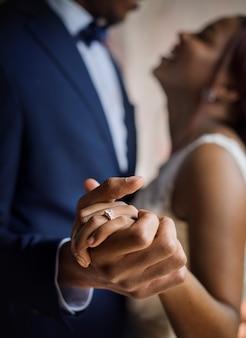 Recién casados afrodescendientes pareja bailando boda celebración