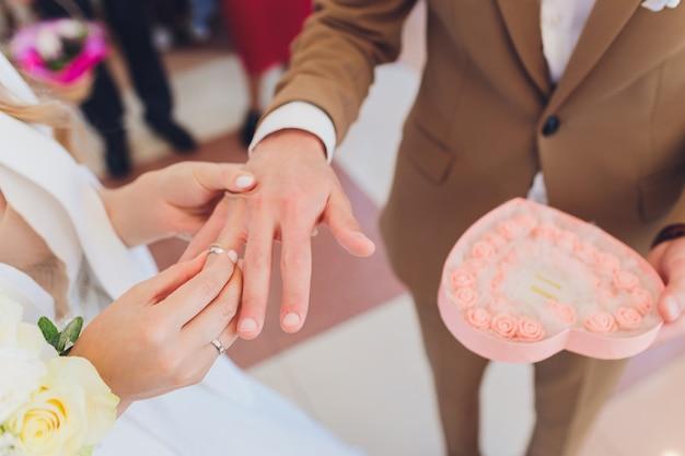 Los recién casados agregan firmas en una oficina de registro durante el registro de la boda.