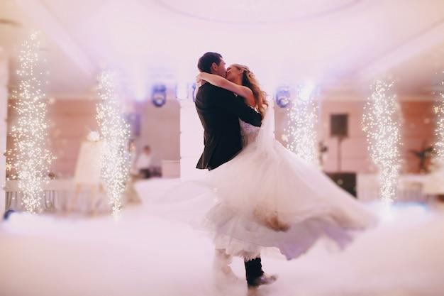 Recién casados apasionados bailando