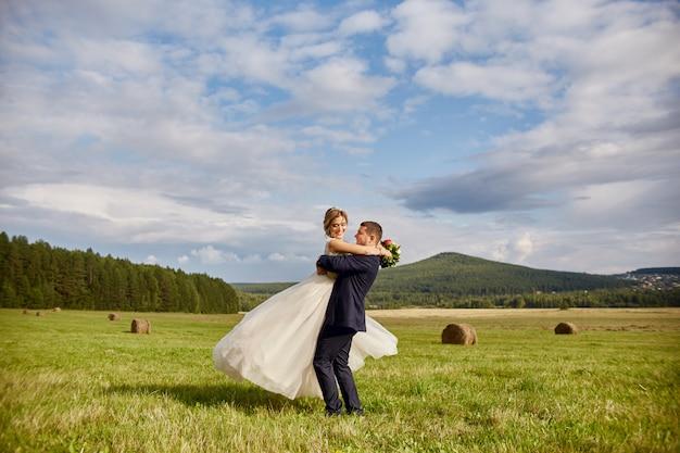 Los recién casados caminan y se relajan en el campo, casandose