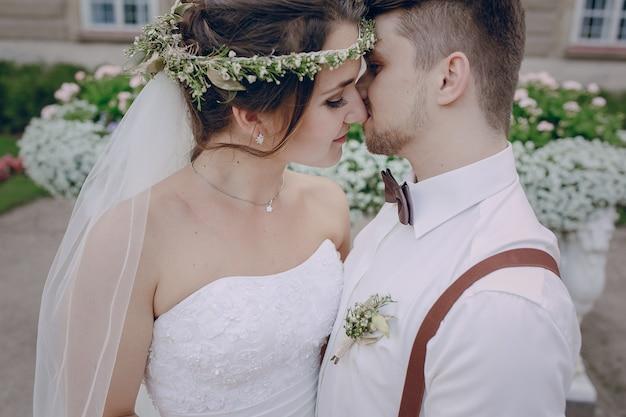 Recién casados casi besándose