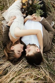 Los recién casados descansan en la naturaleza