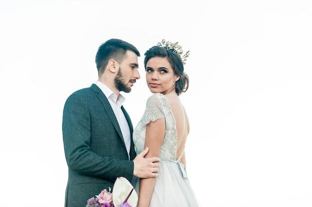 Recién casados felices con un ramo de flores