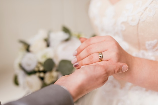 Recién casados intercambiándose anillo