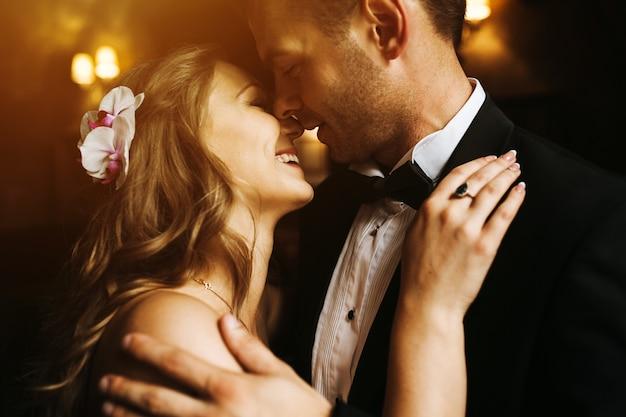 Recién casados mirandose a la cara y sonriendo
