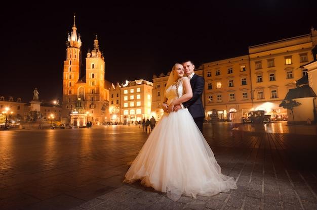 Recién casados pareja noche paseo por la ciudad