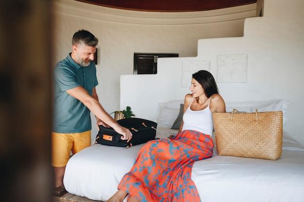 Los recién casados se registran en una habitación de hotel.