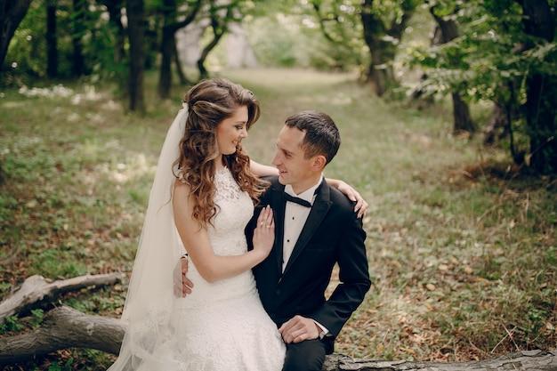Recién casados sentados al aire libre