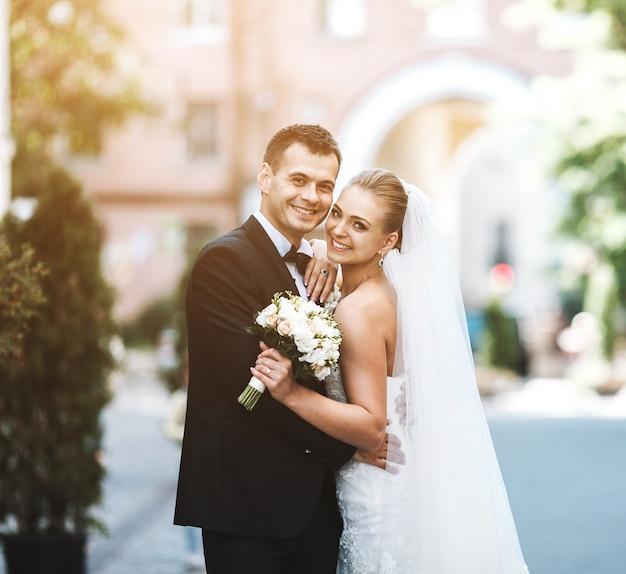 Recién casados sonriendo