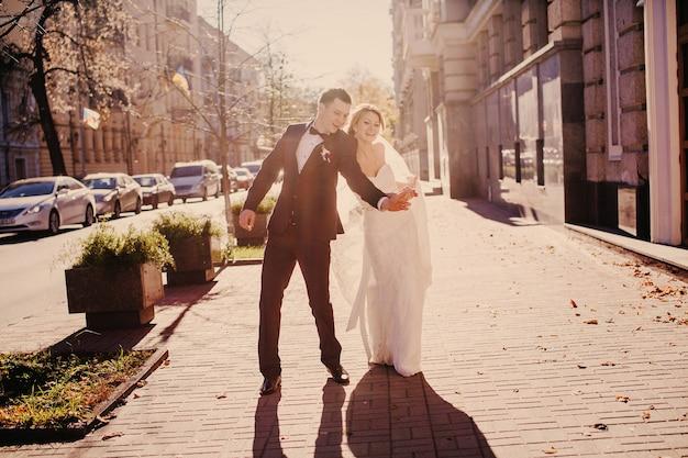 Recién casados tomándose un selfie